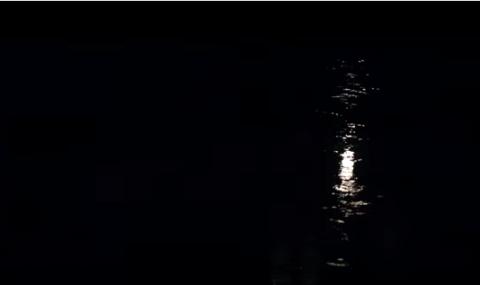 Dans «Nocturne», The Unlikely Boy décrit l'atmosphère que la nuit fait transparaître